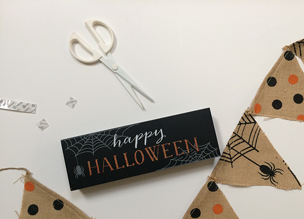 VELCRO® Brand Halloween MantelMantle