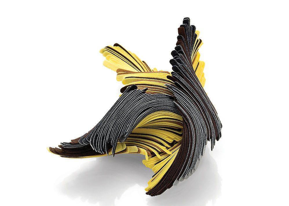 anillo artesanal diseñado con cintas y tiras ONE-WRAP® marca VELCRO®