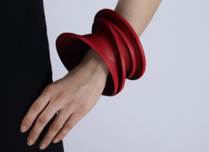 pulsera artesanal diseñada con cintas y tiras ONE-WRAP® marca VELCRO®