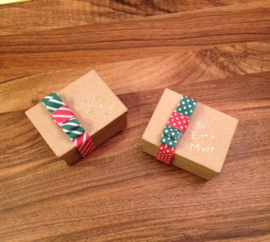 VELCRO®-Brand-Holiday-Wrapping-DIY